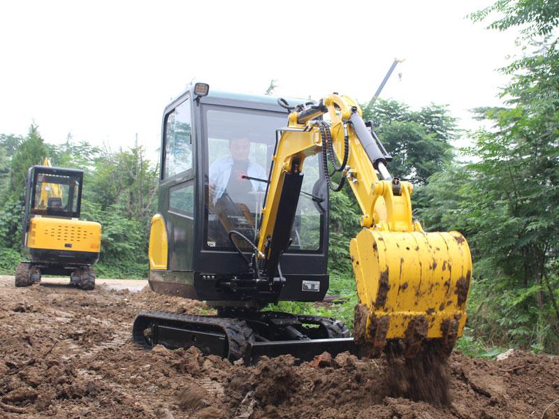 R330小型履带挖掘机施工现场