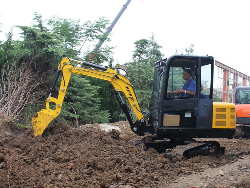 小型履带式挖掘机施工现场图